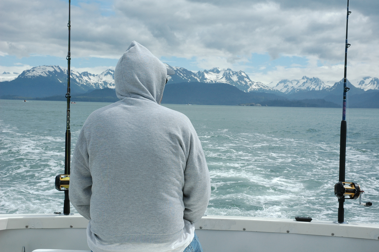 En sportfiskare håller koll på väderprognosen